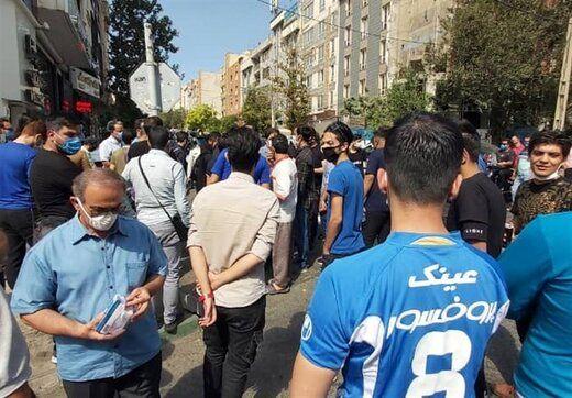 عکسی از تجمع استقلالیها مقابل مجلس