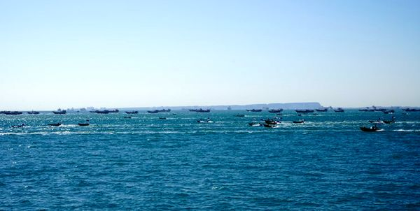 رژه بزرگ ۱۰۰۰ شناور مردمی بسیج دریایی در تنگه هرمز