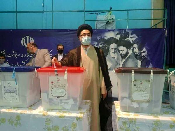 عکسی از لحظه رای دادن یاسر خمینی