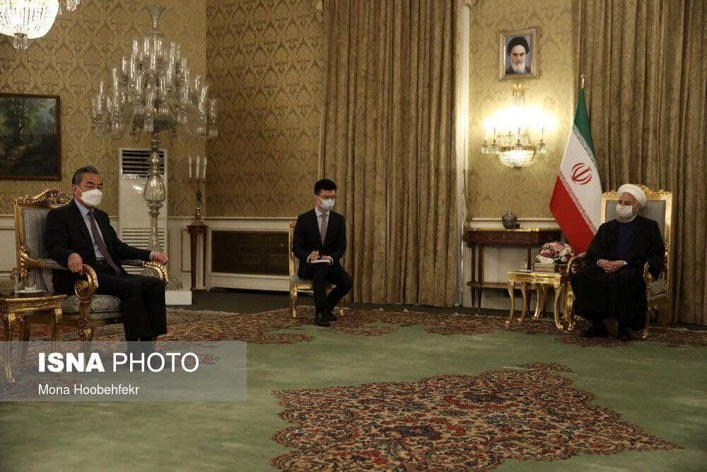 اولین تصویر از دیدار روحانی و وزیر خارجه چین
