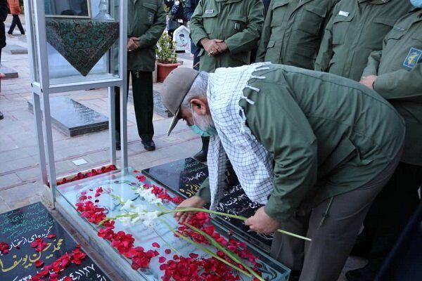 ادای احترام سردار نقدی به مقام شامخ سردار شهید سلیمانی