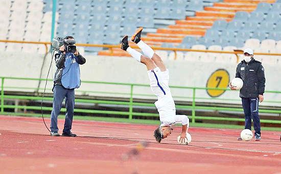 فوتبال را با «پا» بازی میکنند