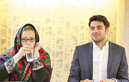 علی ضیا کتاب مادرش را رونمایی میکند